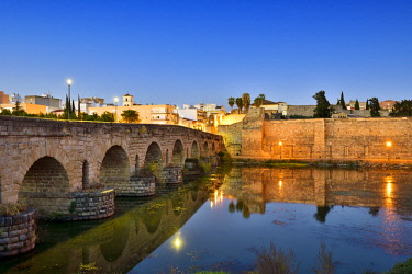 SPA8511AW The Puente Romano (Roman Bridge) over the Guadiana river, dating back to the 1st century BC. It is the world's longest bridge from ancient times. On the right, the Alcazaba, a Moorish fortification bu...