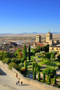 SPA8529AW The Church of Santa Maria la Mayor with its two towers, dating back to the 15th century. Trujillo, Spain