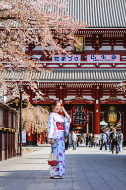 JAP1436AW Japanese woman with traditional kimono, Sensoji temple, Asakusa, Tokyo, Japan (MR)