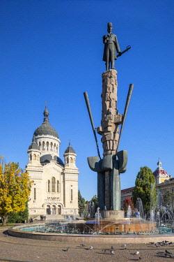 ROM1515AW Romania, Transylvania, Cluj-Napoca. The statue of  Transylvanian lawyer and revolutionary, Avram Iancu,  and the Dormition of the Theotokos Cathedral.