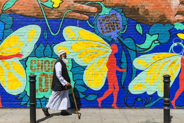 TPX66446 England, London, Shoreditch, Brick Lane, Elderly Muslim Man Walking Past Street Art