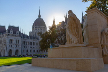 HUN1688AWRF Hungarian Parliament Building and Kossuth Monument, Budapest, Hungary
