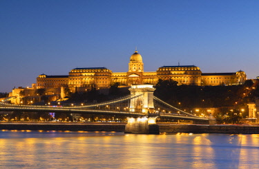 HUN1692AWRF Chain Bridge (Szechenyi Bridge), Buda Castle and River Danube at dusk, Budapest, Hungary