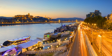 HUN1641AW Buda Castle and River Danube at dusk, Budapest, Hungary