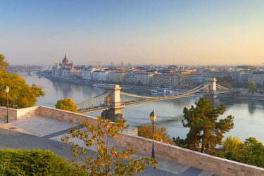 HUN1651AW Chain Bridge (Szechenyi Bridge) and Parliament Building from Buda Castle, Budapest, Hungary