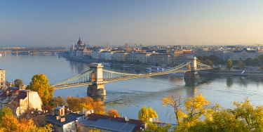HUN1653AW View of Chain Bridge (Szechenyi Bridge) and River Danube, Budapest, Hungary