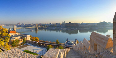 HUN1657AW View of Chain Bridge (Szechenyi Bridge) and River Danube, Budapest, Hungary