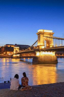 HUN1679AW Chain Bridge (Szechenyi Bridge) at dusk, Budapest, Hungary
