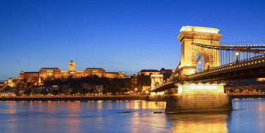 HUN1680AW Chain Bridge (Szechenyi Bridge) and Buda Castle at dusk, Budapest, Hungary