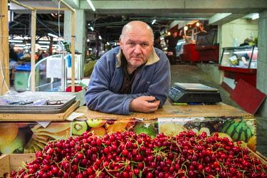GG01288 Georgia, Kutaisi, Kutaisi Market, cherry vendor