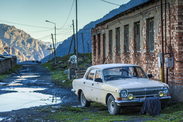 GG01349 Georgia, Georgian Military Highway, Kazbegi-Stepantsminda, Soviet-era Volga car, GAZ-24