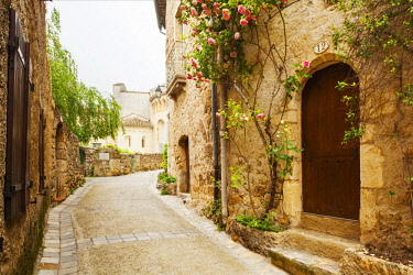 FRA10799 France, Occitanie, Saint Guilhem le Desert. Streets in the anceint village of Saint Guilhem le Desert. Unesco.