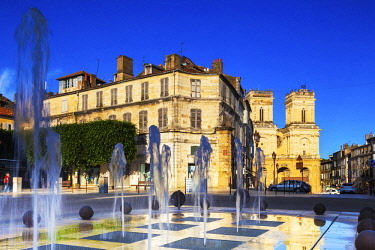 FRA10846 France, Occitanie, Auch. Fountain in the historic centre of Auch with the Cathedral visible in the background