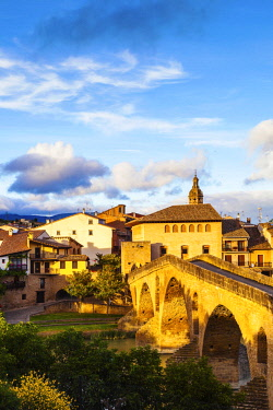 SPA8582 Spain. Navarra. Puenta La Reina. The town and Romanesque Bridge probably one of the most famous along the Camino Routes built by Queen Muniadona who gave the bridge and town the name for the use of Pi...