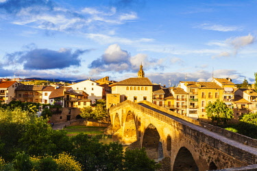 SPA8583 Spain. Navarra. Puenta La Reina. The Town and Romanesque Bridge probably one of the most famous along the Camino Routes built by Queen Muniadona who gave the bridge and town the name for the use of Pi...