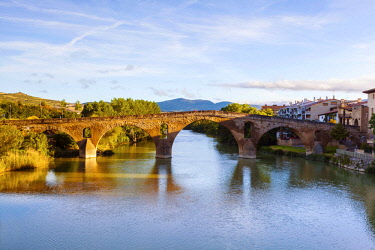 SPA8585 Spain. Navarra. Puenta La Reina. The Romanesque Bridge probably one of the most famous along the Camino Routes built by Queen Muniadona who gave the bridge and town the name for the use of Pilgrims go...
