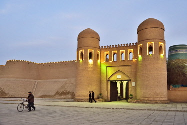 UZB0199AW Ota Darvoza, the western gate to the old town of Khiva. A UNESCO World Heritage Site, Uzbekistan