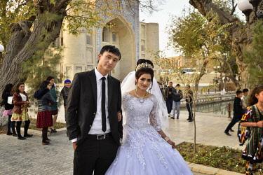 UZB0206AW A wedding at Lyabi Hauz, a wonderful plaza, the heart of city life in Bukhara. Bukhara, a UNESCO World Heritage Site. Uzbekistan