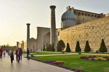 UZB0223AW Sher-Dor Madrasah. Registan square, a Unesco World Heritage Site, Samarkand. Uzbekistan