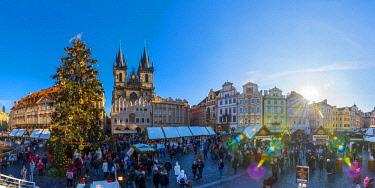 CZ01478 Czech Republic, Prague, Old Town, Stare Mesto, Old Town Square, Staromestske namestí, Tyn Church, Christmas Markets