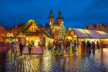 CZ01481 Czech Republic, Prague, Old Town, Stare Mesto, Old Town Square, Staromestske namestí, Tyn Church, Christmas Markets