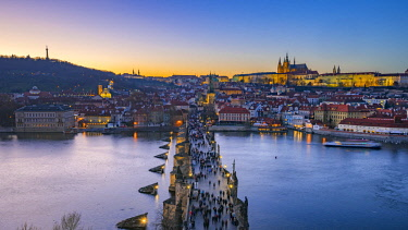 CZ01529 Czech Republic, Prague, Old Town, Stare Mesto, Charles Bridge, Karluv Most and Mala Strana with Prague Castle and St Vitus Cathedral