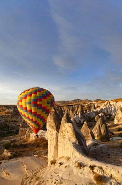 TUR1027 Turkey, Cappadocia, Goreme, Hotair ballooning at dawn