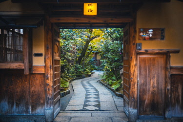 Gion district, Kyoto, Kyoto prefecture, Kansai region, Japan. Traditional house's courtyard. © AWL Images
