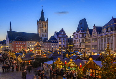 GER11528AW Christmas market at Hauptmarkt, Treves, Rhineland-Palatinate, Germany