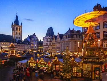 GER11529AW Christmas market at Hauptmarkt, Treves, Rhineland-Palatinate, Germany