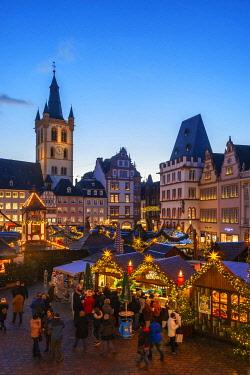 GER11530AW Christmas market at Hauptmarkt, Treves, Rhineland-Palatinate, Germany