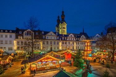 GER11532AW Christmas market at Am Plan with Liebfrauenkirche, Koblenz, Rhineland-Palatinate, Germany