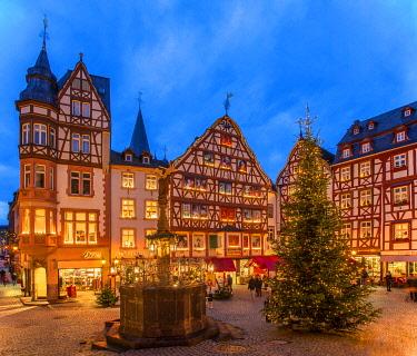 GER11536AW Christmas market at Bernkastel-Kues, Rhineland-Palatinate, Germany
