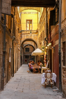 ITA13413AW Restaurant in a narrow alley, Venice, Veneto, Italy, Europe