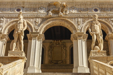 ITA13445AW Scala dei Giganti, Sculpture Mars and Neptune in the courtyard of the Doge's Palace (Palazzo Ducale), Venice, Veneto, Italy, Europe.
