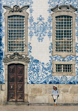 POR10114AW North region, Porto, historic centre listed as World Heritage by UNESCO, church of Terceiros do Carmo and its azulejos. Tourist girl looking at the street (MR)
