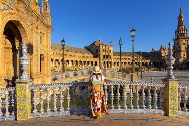 SPA8646AW Spain, Andalusia, Seville. Plaza de Espana. Tourist admiring the square (MR)
