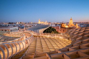 SPA8650AW Spain, Andalusia, Sevilla, The Metropol Parasol in Plaza de la Encarnacion, better known as Las Setas with tourist walking (MR)