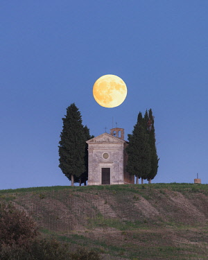 ITA13489AW Italy, Tuscany, Val d'Orcia listed as World Heritage by UNESCO, Cappella di Vitaleta with full moon