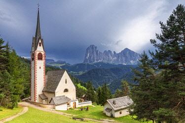 CLKFB95631 Church of San Giacomo with Sassolungo Group in the background. Ortisei, Gardena Valley, South Tyrol, Dolomites, Italy, Europe.