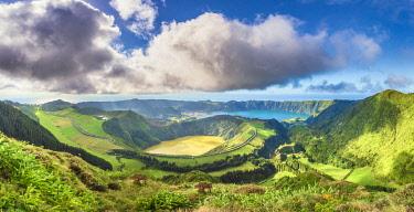CLKFV99407 Portugal, Azores archipelago, Sao Miguel island, Sete Cidades, Boca do Inferno viewpoint, view over Lagoa Santiago and Lagoa Azul crater lakes