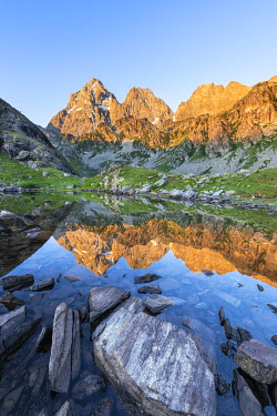 CLKGP95376 The Monviso Peak reflected in a small alpine lake at sunrise (Fiorenza Lake, Pian del Re, Monviso Natural Park, Po Valley, Crissolo, Cuneo province, Piedmont, Italy, Europe)