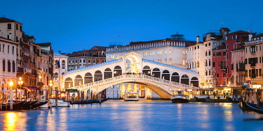 ITA13576AW Rialto bridge on the Grand Canal at dusk, Venice, Italy