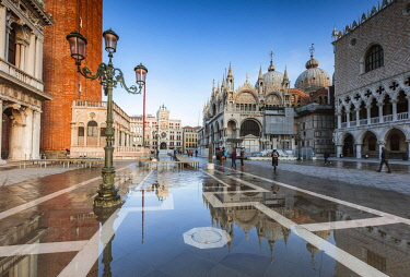 ITA13584AW St Mark's square flooded by high tide (Acqua alta), Venice, Italy