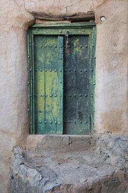 OMA2872AW Oman, Ad Dakhiliyah region, Al Hamra,  Misfat Al Abreen, Old green, wooden door in the ancient viilage of Misfat Al Abreen