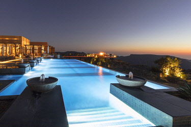 OMA2889AW The infinity swimming pool and fountains of the Anantara al Jabal al Akhdar resort, Nizwa, Ad Dakhiliyah region, Oman
