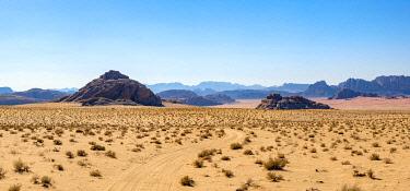 JOR0531AW Jordan, Aqaba Governorate, Wadi Rum. Wadi Rum Protected Area, UNESCO World Heritage Site. Desert landscape panorama.