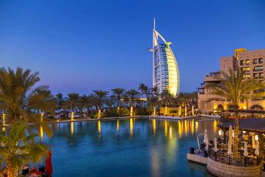 UE01852 UAE, Dubai, Burj Khalifa from Madinat Jumeirah Gardens