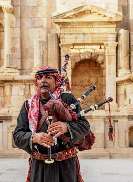 JOR0818AW Jordanian Army Soldier playing his bagpipe, South Theater, Jerash, Jerash Governorate, Jordan