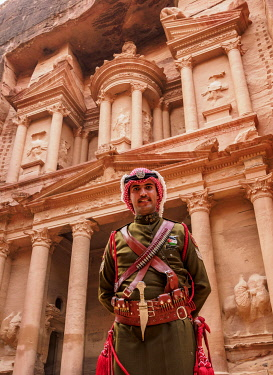JOR0893AW Jordanian Army Soldier in front of The Treasury, Al-Khazneh, Petra, Ma'an Governorate, Jordan (MR)